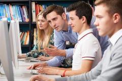 Professeur Helping Students Working aux ordinateurs photo libre de droits