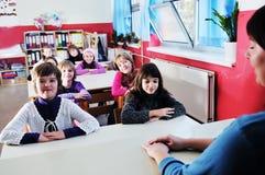 Professeur heureux dans la salle de classe d'école Photo libre de droits