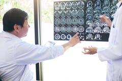 Professeur méthode de discussion et de consultation de Doctor avec le patient t Photo libre de droits