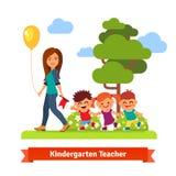professeur marchant avec des enfants Image stock
