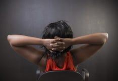 Professeur ou étudiant sud-africain ou d'Afro-américain de femme détendant sur la chaise photos stock
