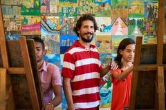 Professeur Portrait Smiling And regardant l'appareil-photo dans l'université d'arts Photos stock