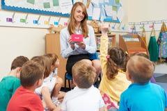 Professeur Showing Flash Cards à la classe d'école primaire Photographie stock libre de droits