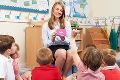 Professeur Showing Flash Cards à la classe d'école primaire Image libre de droits