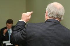 Professeur signant quelque chose à l'étudiant lors de la conférence Image stock