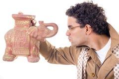 Professeur sombre dans le manteau avec des verres semblant le vieil objet façonné photographie stock