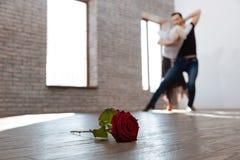 Professeur sportif de danse tangoing avec la femme supérieure à la salle de bal Photo libre de droits