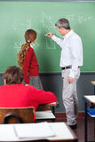 Professeur Teaching Mathematics To adolescent Photographie stock