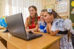 Professeurs et étudiants à l'ordinateur Image libre de droits