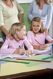 Professeurs et étudiants dans la salle de classe Photos stock