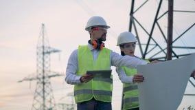 Professioanl elektriker arbetar på en kraftledning, slut upp stock video