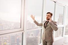 Professioanl-Geschäftsmann, der am Telefon mit seinem Teilhaber spricht Lizenzfreie Stockfotografie