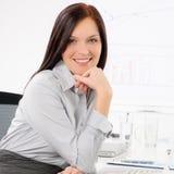 professional le för attraktiv affärskvinna Arkivfoto