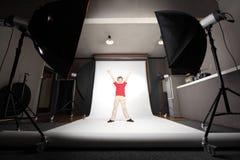 professional plattform studio för pojkefoto Arkivbild