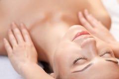 Professional spa ειδικός που κάνει το μασάζ στοκ φωτογραφία με δικαίωμα ελεύθερης χρήσης