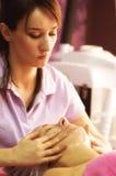 Professionalist салона массажа с ее клиентом Стоковая Фотография