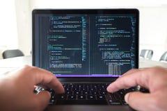 Professione del programmatore - equipaggi il codice di programmazione di scrittura sul computer portatile Immagine Stock Libera da Diritti