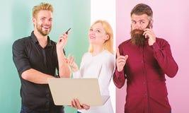 Professione moderna La donna degli uomini gode del lavoro con le reti sociali Vita moderna di tecnologie più facile Smartphone de immagini stock