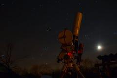 Professioneel astrophotographymateriaal die onder de donkere hemel werken Stock Fotografie
