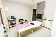 Professioneel bed in beautician spa salon stock foto's