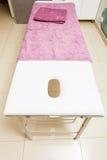 Professioneel bed in beautician spa salon royalty-vrije stock foto