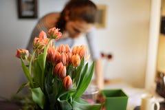 Professioneel bloemistmeisje die bloemen verzamelen Royalty-vrije Stock Afbeelding