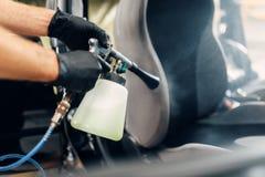 Professioneel chemisch reinigen van autozetels stock afbeeldingen