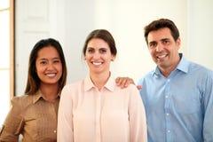 Professioneel commercieel team dat bij u glimlacht stock afbeeldingen