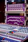 Professioneel correct en audiomixercontrolebord stock foto's