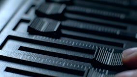 Professioneel correct ingenieurs in evenwicht brengend volume van audioinput van digitale audiomixer stock footage
