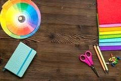Professioneel creatief grafisch ontwerperbureau op houten achtergrond hoogste meningsmodel stock foto