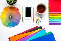 Professioneel creatief grafisch ontwerperbureau op witte hoogste mening als achtergrond stock foto's