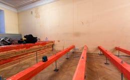 Professioneel Elektronisch Zelf Multi-line Laserniveau en rode geschilderde houten blokken in flat die onder is stock foto's