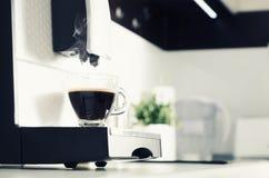 Professioneel huiskoffiezetapparaat in moderne keuken royalty-vrije stock afbeelding