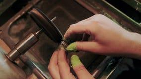 Professioneel juweliermateriaal in goudsmidwerkplaats Man vingers in bescherming terwijl het schoonmaken en kostbaar oppoetsen stock videobeelden