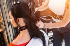Professioneel kapper drogend haar met hairdryer in salon royalty-vrije stock afbeeldingen