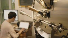 Professioneel koffie het roosteren procédé in artisanaal laboratorium stock videobeelden