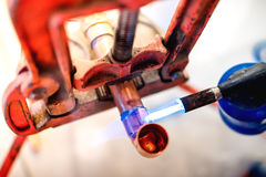 Professioneel loodgieter lassen en het solderen koperpijpen Stock Fotografie