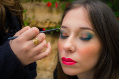 Professioneel maak omhoog kunstenaar die glamour doen modelmake-up op het werk Stock Fotografie