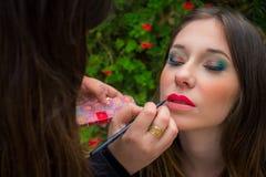 Professioneel maak omhoog kunstenaar die glamour doen modelmake-up op het werk Royalty-vrije Stock Afbeelding