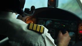 Professioneel mannelijk proefleidingsvliegtuig, die draai maken Verantwoordelijkheid, verplichting stock footage