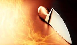 Professioneel mes op keukenbrand stock fotografie