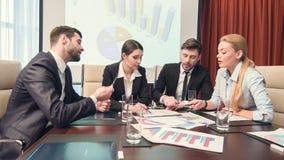 Professioneel opgetogen zakenlui die nieuwe bedrijfsstrategieën bespreken stock videobeelden