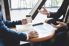 Professioneel Partnerteam die op vergadering aan presentatie planningsinvesteringsproject het werk het analyseren bespreken en stock fotografie