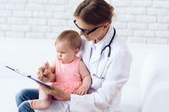 Professioneel pediater pasgeboren artsenexamen royalty-vrije stock fotografie