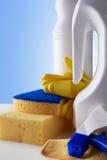 Professioneel schoonmakend materiaal op witte lijstclose-up Stock Foto