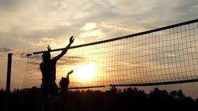 Professioneel Strandvolleyball bij Zonsondergang in Langzame Motie stock videobeelden