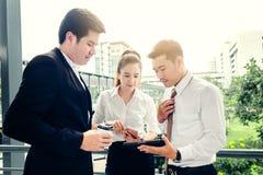 Professioneel team CEO die in groepsvergadering glimlachen en in ou spreken stock afbeeldingen