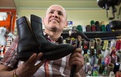 Professioneel vakman stikkend schoeisel op machine stock afbeelding