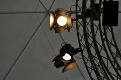 Professioneel verlichtingsmateriaal dichtbij plafond van theaterstadium Royalty-vrije Stock Foto